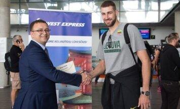 """Lietuvos krepšininkų skrydžiais rūpinsis """"West Express"""" (Raymond Vyšniausko nuotr.)"""