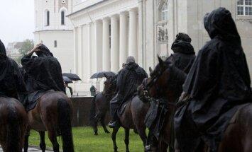 Prie Valdovų rūmų Vilniuje vyksta Meilės žygio Valdovų keliu raitelių išlydėtuvės