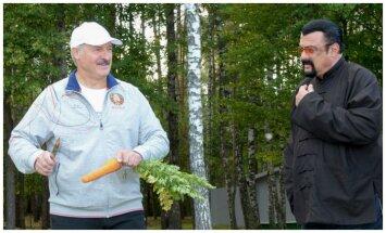 A. Lukašenka ir S. Seagalas valgo morką