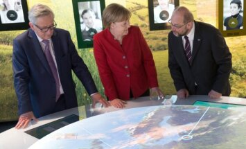 Jeanas-Claude'as Junckeris, Angela Merkel, center, Martinas Schulzas