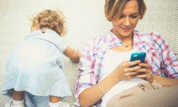 Mama su išmaniuoju telefonu ir vaiku