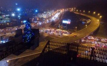 Vilniuje sužibo danguje iškeltos kalėdinės eglutės