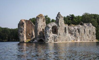 Prie įspūdingos viduramžių pilies Latvijoje kimba 100 kg sveriantys gelmių monstrai: ši vieta – visai šalia