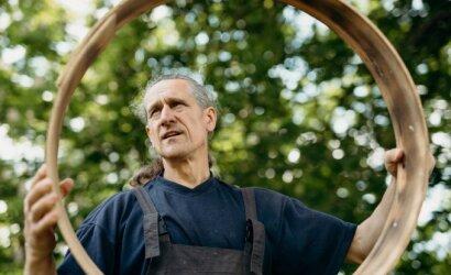 Karantino laikotarpiu atsiradusį laisvą laiką mokytojas Saulius užpildo šamaniškų būgnų gaminimo terapija