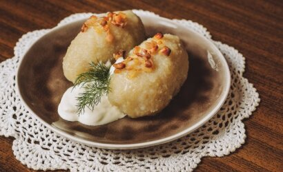 Pirmosios šviežios lietuviškos bulvės: ūkininkas paaiškino, kodėl cepelinų iš jų pagaminti nepavyks