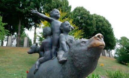 Meškos skulptūra Telšiuose