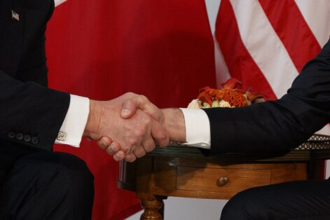 E. Macrono ir D. Trumpo rankų paspaudimas