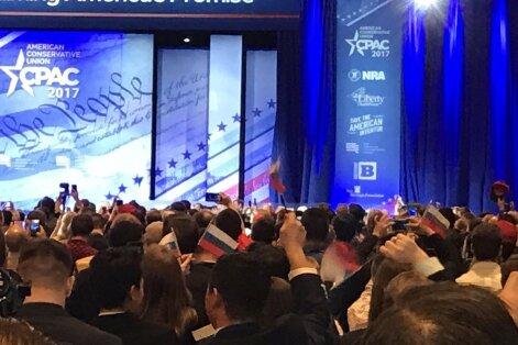 Donaldo Trumpo gerbėjai nepastebėjo mojuojantys Rusijos vėliavėlėmis