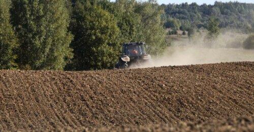 Nauja tendencija – ūkininkai vietoje traktorių perka žemę