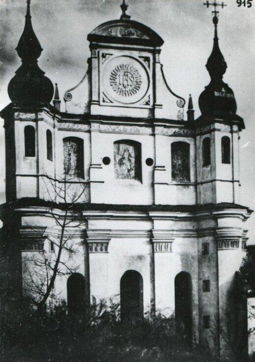 Bažnyčios fasade puikiai matyti nutapytos arkangelų Mykolo, Rapolo ir Gabrieliaus figūros. 1933 m.
