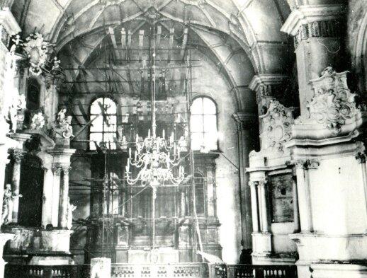 1952 m. nuotraukoje užfiksuotas altorinių paveikslų nukabinimas