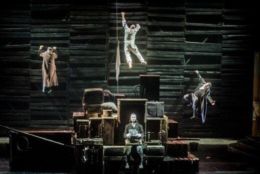 "Scena iš J. Vachtangovo teatro spektaklio ""Nusišypsok mums, Viešpatie"""