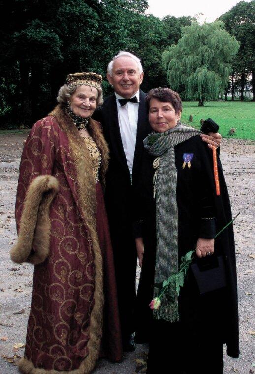 Iš bajorų giminės kilusi Gražina Juknevičienė (dešinėje) su vyru Antanu ir Undine Nasvytyte džiaugiasi ypatinga Dautarų dvaro aura.