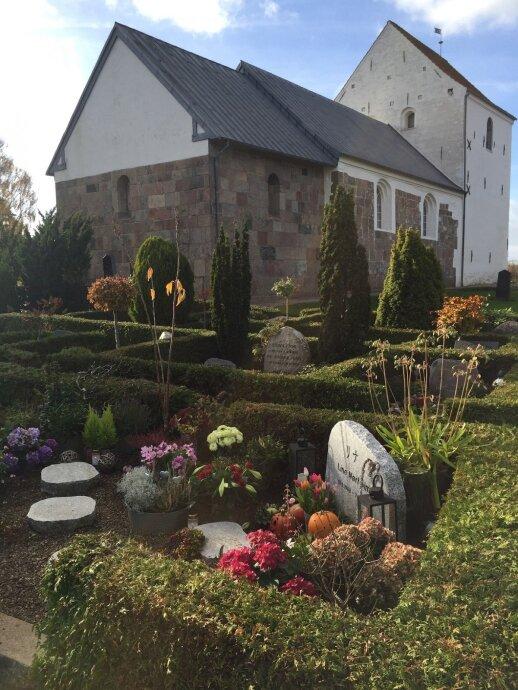Daugelis kapinaičių įkurdintos šalia vietinių bažnyčių. Ryškesni augalais ir net Halwoween'o moliūgai puošia tik vaikų ir jaunimo kapus.