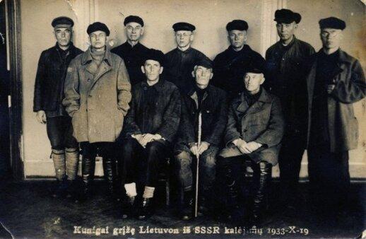T. Matulionis (sėdi centre) su kitais kunigais, iškeistais į 24 bolševikų veikėjus: Antaną Sniečkų ir kitus (1933)