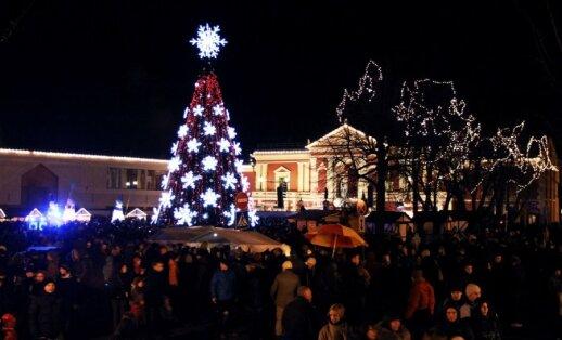 Klaipėdos Teatro aikštėje įžiebta Kalėdų eglė