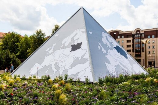 Fountain by the Seimas was remodelled into a pyramid showing the outlines of the Grand Duchy of Lithuania at various times in history.