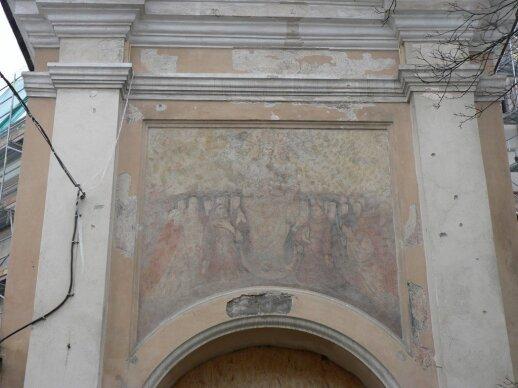 Apie 1755 m. ant varpinės vartų portalo buvo nutapytas Dievo Motinos paveikslas. Freska išliko iki šių dienų. 2007 m.