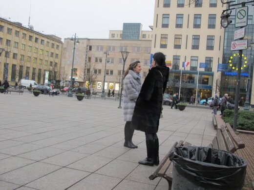 V. Kudirkos aikštėje rūkanti moteris