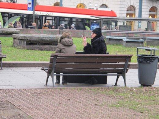V. Kudirkos aikštėje rūkančios merginos