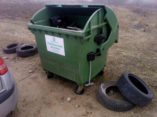 Senos padangos dažnai paliekamos prie konteinerių