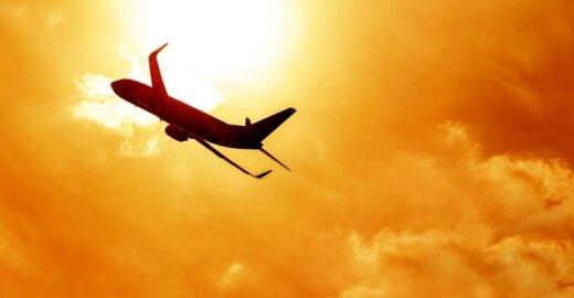 Europarlamentarai pratęsė taršos leidimų išimtį tarptautiniams skrydžiams