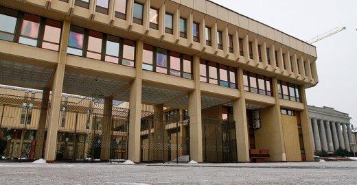 D.Liekio videoblogas: ar gali kregždės saugiai perėti Seimo rūmų kieme?
