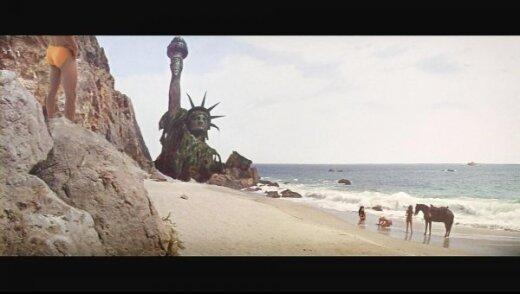 Katy Perry nufotografuota klūpinti paplūdimyje: internautai iškart ėmėsi darbo