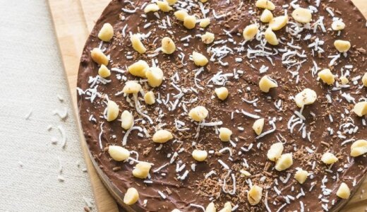 Nekeptas sūrios karamelės ir šokolado tortas