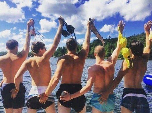 """Vaikinai nuostabiai parodijuoja klišines """"Instagramo"""" merginų nuotraukas"""