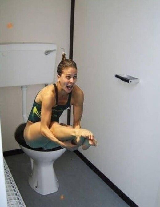 Olimpiniai šuolininkai į baseiną perkelti į tualetą