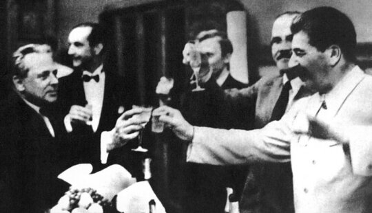 """SSRS ir Vokietijos nepuolimo sutarties (vadinamojo Ribentropo–Molotovo pakto) pasirašymas. Pirmas iš kairės J. Ribentropas, dešinėje J. Stalinas ir V. Molotovas. Kremlius, 1939 m. rugpjūčio 23 d., leidyklos """"Briedis"""" nuotr."""