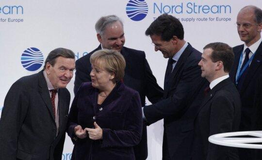 Gerhardas Schroederis, Angela Merkel, Dmitrijus Medvedevas