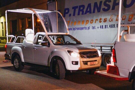 """Lietuva netrukus bus pasaulio dėmesio centre: jau atkeliavo """"Dodge"""" ir """"Isuzu"""" papamobiliai"""