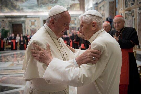 Buvęs popiežius Benediktas XVI ir popiežius Pranciškus