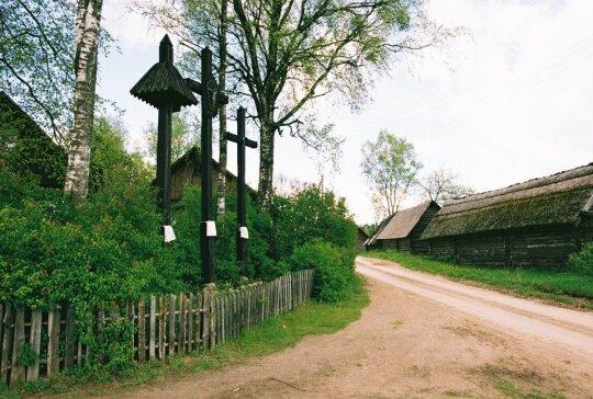 Zervynų kaimo centre esantys trys garsieji kryžiai