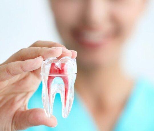 Parodontozė: kokie požymiai išduoda šią ligą ir kaip jai užkirsti kelią