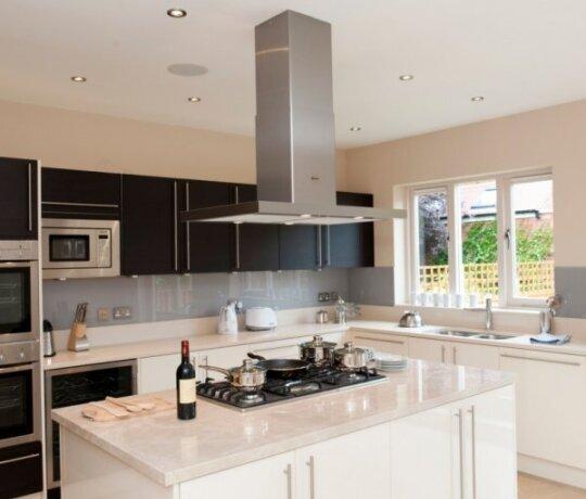 Kaip įrengti virtuvę, kad ji būtų ne tik jauki, bet ir užtikrintų šeimos gerovę
