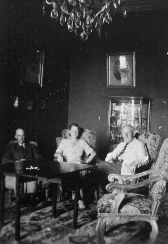Julius von der Roppas su svečiais Pakruojo dvare, autorius nežinomas