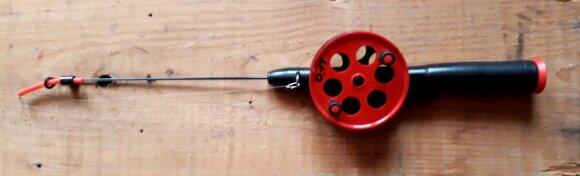 Spiningėlis, skirtas žvejoti sekliau, su įmontuota inercine rite