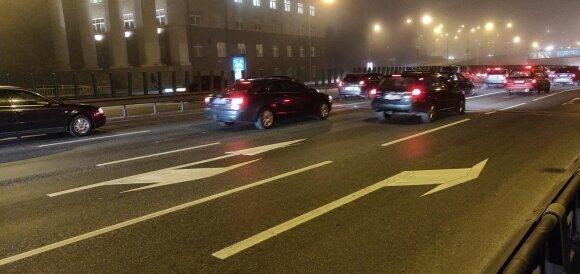 Geležinio Vilko gatvėje Vilniuje kelio ženklinimas ir kelio ženklai prieštarauja vieni kitiems