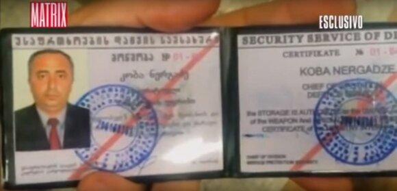 """Dokumentinio filmo """"Ucraina, le verita nascoste"""" kadras - Gruzijos snaiperio parodyta narystės kortelė"""