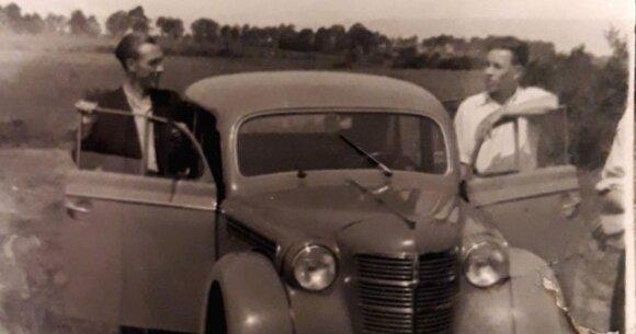 igoris Voronkovas su draugu prie mašinos. 6-asis dešimtmetis