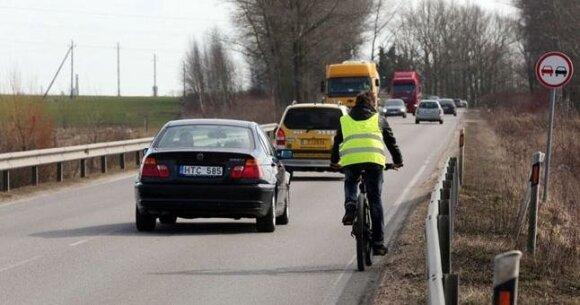 Susirūpino užmiestyje važiuojančiais dviratininkais: automobilių vairuotojai keliu dalinasi nenoriai