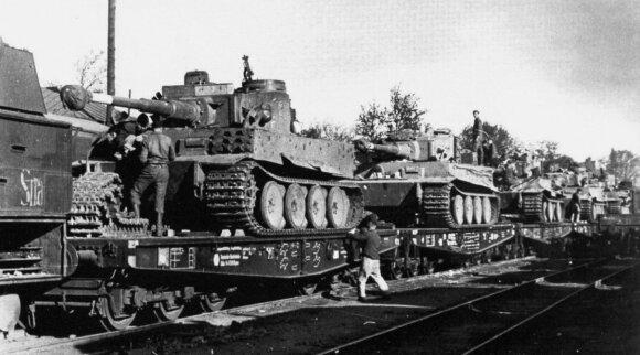 """Į kovos veiksmų rajoną geležinkeliu gabenami nauji Vermachto tankai Pz VI """"Tiger"""""""