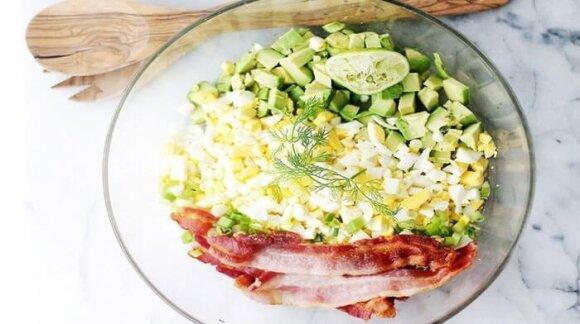 Salotos su avokadu, kiaušiniais ir šonine