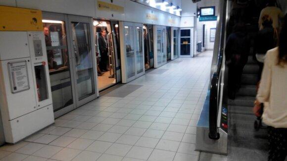 Metro stoties platforma su automatinėmis durimis