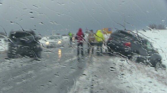 Vakarų Lietuvos keliai virto čiuožykla: įspėja dėl itin sudėtingų eismo sąlygų