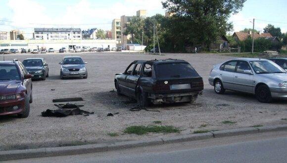 Gyventojų skaudulys – neeksploatuojami automobiliai kiemuose: kaip su jais pasielgti?