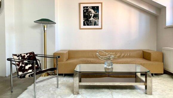 Kailinė Le Corbusier kėdė, dizainas 1929 m. Belgo Chrom kavos staliukas, Itališka sofa, lietuviška Grabausko stiklo skulptūra. Midcentury.lt showroom Vilniuje.